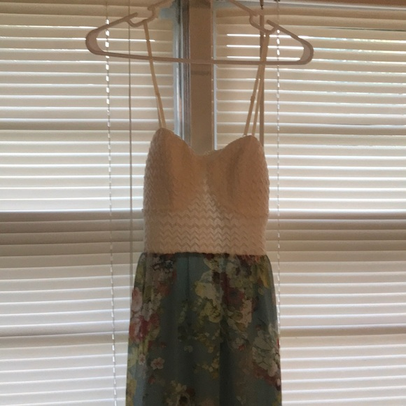Dresses & Skirts - Summer maxi dress with partial back out.